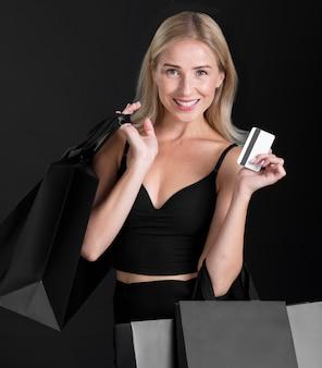 Vue de face de la femme avec le concept de sac à provisions