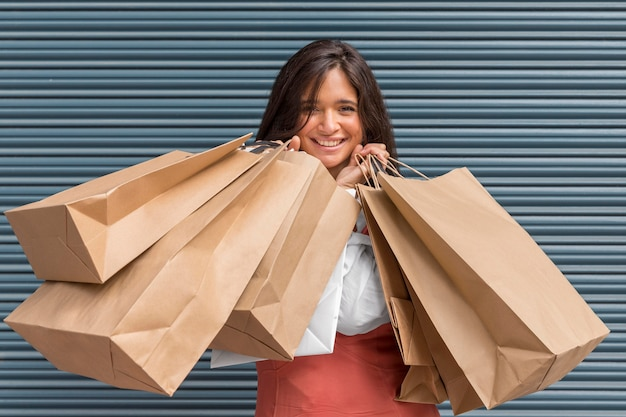 Vue de face de la femme avec le concept de sacs à provisions