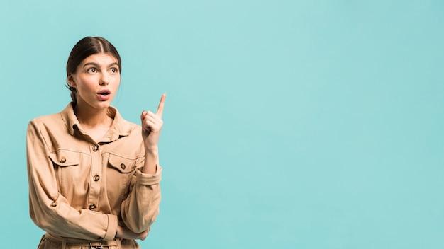 Vue de face femme confiante en studio