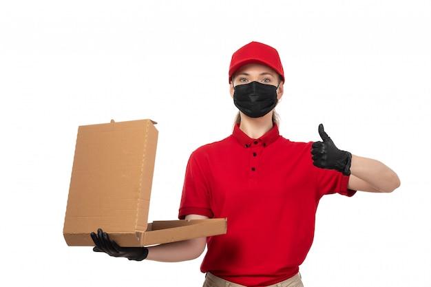 Une vue de face femme courrier en chemise rouge bonnet rouge gants noirs et masque noir tenant la boîte à pizza sur blanc