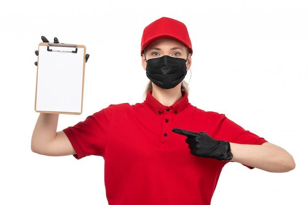 Une vue de face femme courrier en chemise rouge gants capblack rouge et masque noir tenant le bloc-notes sur blanc