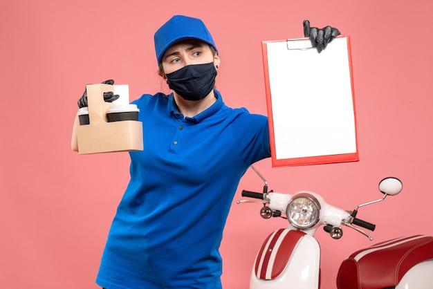 Vue de face femme courrier en masque avec café de livraison et note de fichier sur rose