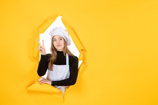 Vue de face femme cuisinier sur couleur jaune soleil photo cuisine papier émotions travail alimentaire
