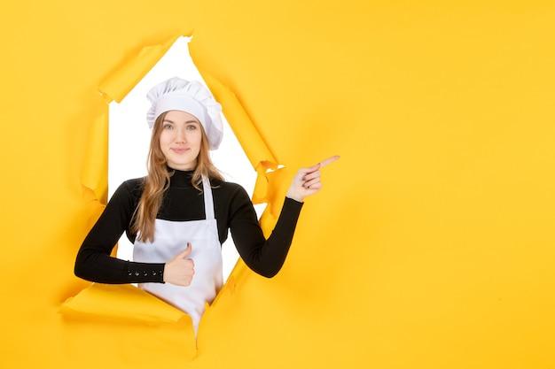 Vue de face femme cuisinier sur cuisine jaune photo cuisine travail couleur soleil