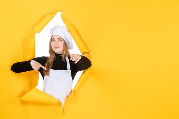 Vue de face femme cuisinier sur cuisine jaune photo nourriture soleil émotion cuisine travail couleur