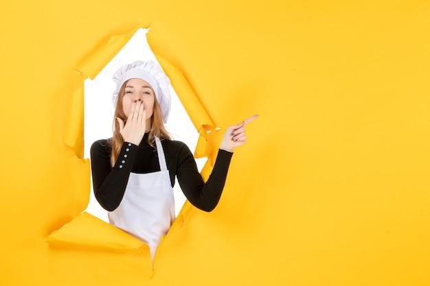 Vue de face femme cuisinier envoyant des baisers sur la cuisine jaune photo cuisine alimentaire travail couleur papier soleil