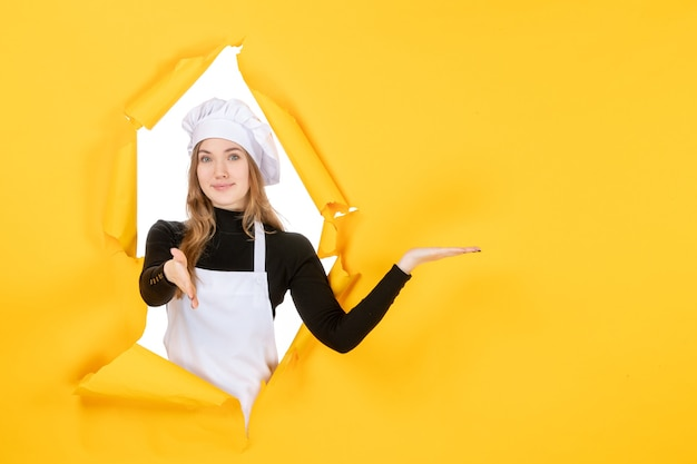Vue de face femme cuisinier sur jaune soleil cuisine photo couleur papier cuisine nourriture