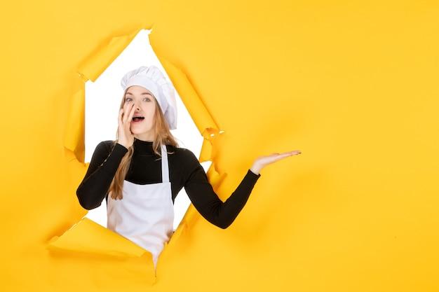 Vue de face femme cuisinier sur jaune soleil cuisine travail photo couleur papier cuisine nourriture