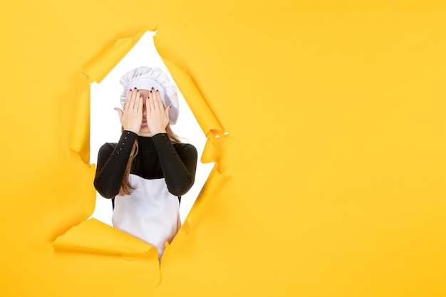 Vue de face femme cuisinier sur nourriture jaune soleil émotion cuisine photo papier cuisine travail couleur