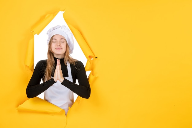 Vue de face femme cuisinier sur papier de couleur jaune soleil travail alimentaire photo cuisine émotion