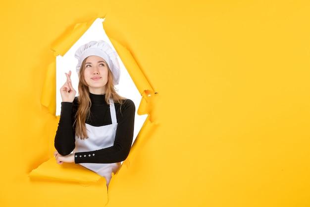 Vue de face femme cuisinier sur papier de couleur jaune soleil travail alimentaire photo cuisine émotions