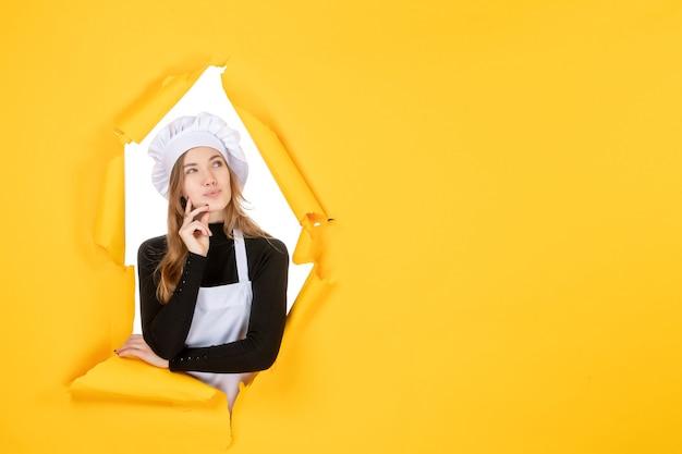 Vue de face femme cuisinier pensant sur la couleur jaune soleil photo cuisine travail papier émotion nourriture