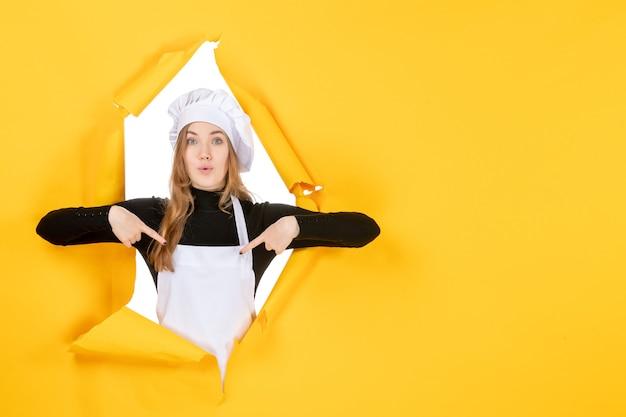 Vue de face femme cuisinier sur photo jaune nourriture émotion cuisine cuisine travail couleur papier