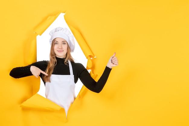 Vue de face femme cuisinier sur photos jaune nourriture soleil émotion cuisine cuisine travail couleur papier