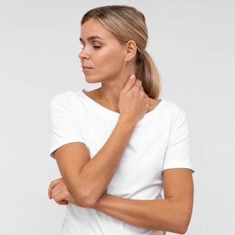 Vue de face de la femme dérangée par la douleur au cou