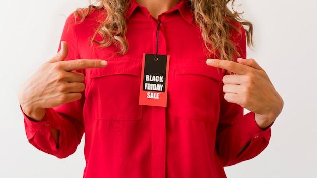 Vue de face femme avec étiquette vendredi noir