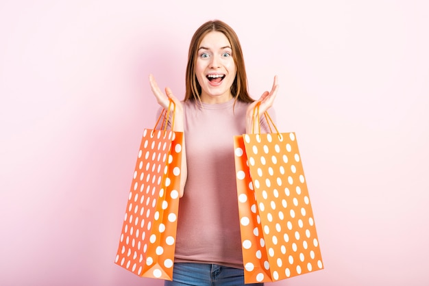 Vue de face d'une femme excitée enjouée