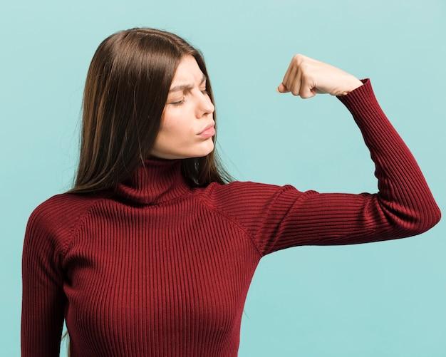 Vue de face femme forte en studio