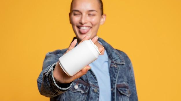 Vue de face de la femme heureuse avec canette de soda