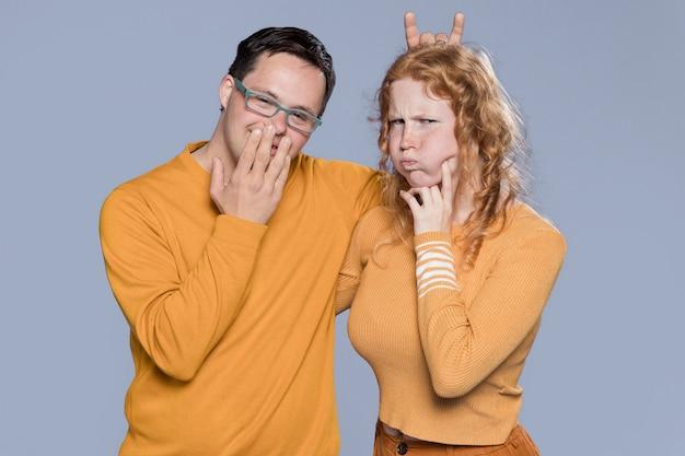 Vue de face femme et homme faisant des grimaces idiotes