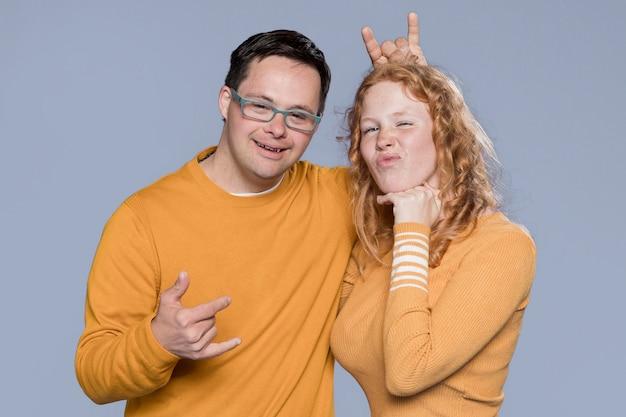 Vue de face femme et homme posant ensemble en studio