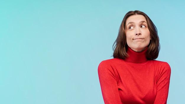 Vue de face d'une femme innocente posant avec copie espace