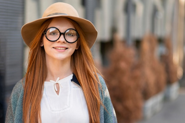 Vue de face femme avec des lunettes posant