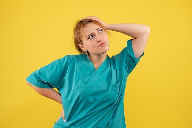 Vue de face femme médecin en chemise médicale, infirmière hôpital medic covid couleur santé