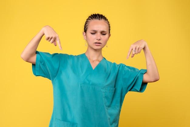 Vue de face femme médecin en chemise médicale, infirmière infirmière de la santé couleur infirmière de l'émotion infirmière médicale