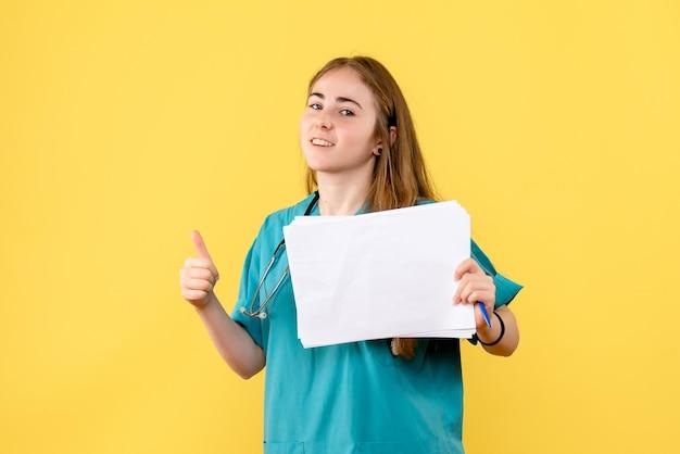 Vue de face d'une femme médecin avec documentation