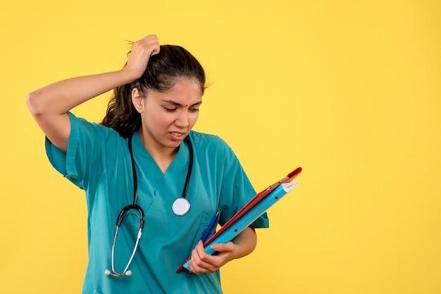 Vue de face femme médecin avec dossiers de documents