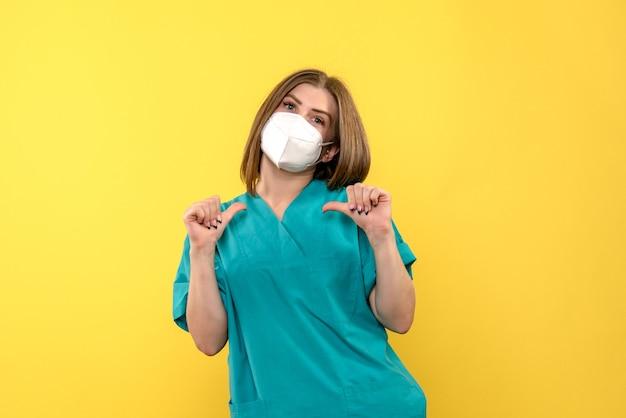 Vue de face femme médecin sur espace jaune