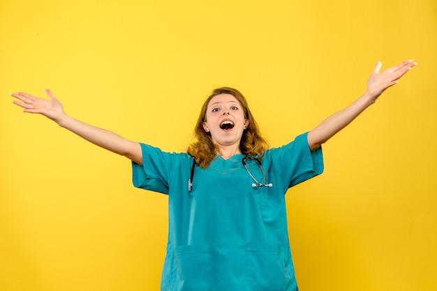 Vue de face femme médecin excité sur l'espace jaune