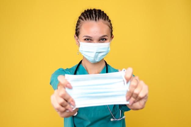 Vue de face femme médecin en masque et en tenant un autre, virus de la pandémie de l'hôpital de l'hôpital covid-19 infirmière medic
