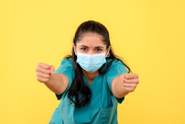 Vue de face femme médecin montrant ses coups de poing