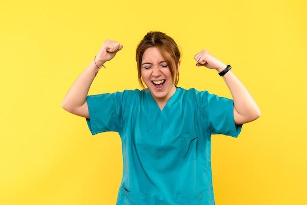 Vue de face femme médecin se réjouissant de l'espace jaune