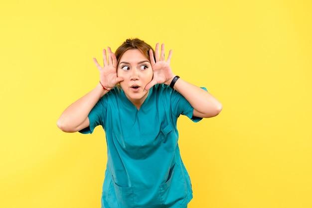 Vue de face femme médecin se sentir curieux sur l'espace jaune