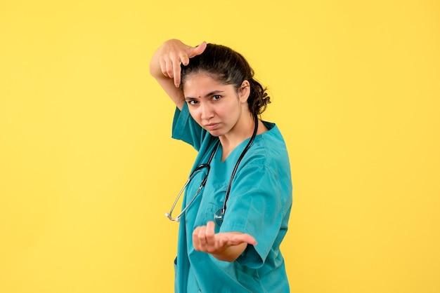 Vue de face femme médecin avec stéthoscope debout