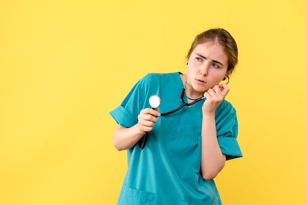 Vue de face d'une femme médecin avec stéthoscope