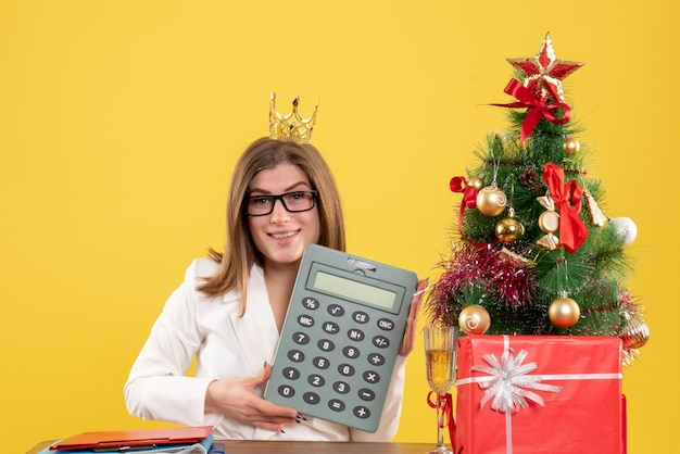 Vue de face femme médecin tenant calculatrice