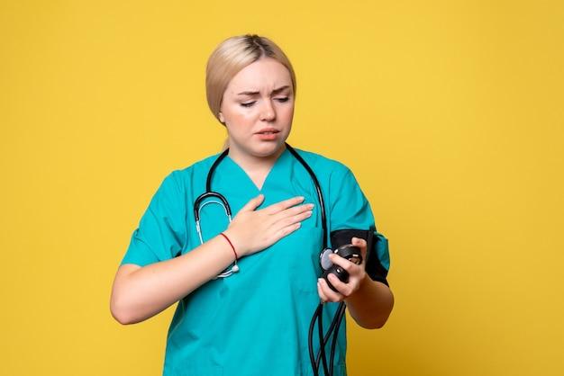 Vue De Face Femme Médecin Vérifiant Sa Pression, Infirmière Santé Medic Covid-19 Hôpital Virus Ambulance Photo gratuit