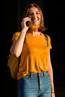 Vue de face femme parler au téléphone