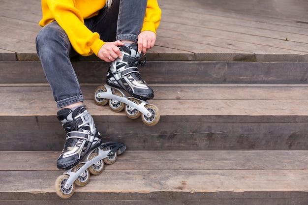 Vue de face de femme en patins à roues alignées dans les escaliers