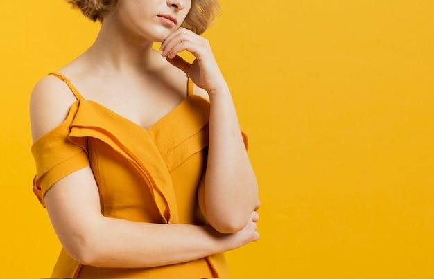 Vue de face de la femme pensive posant avec copie espace