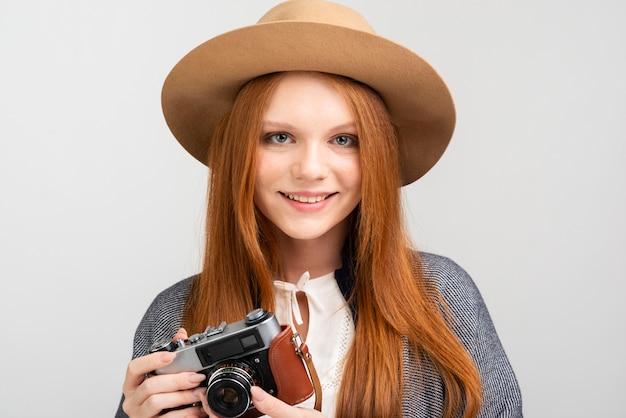 Vue de face femme posant avec caméra