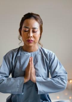 Vue de face de la femme religieuse priant