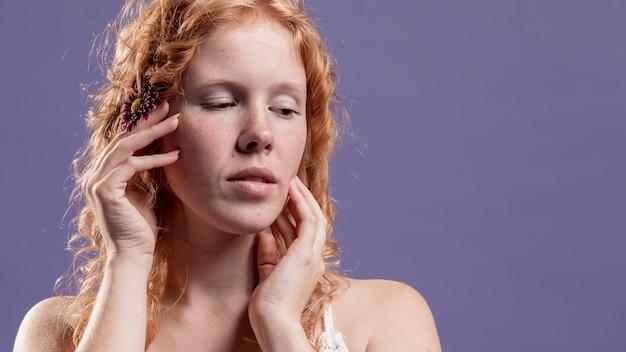 Vue de face de femme rousse posant avec ses mains et copie espace