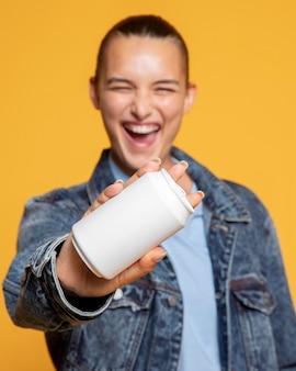 Vue de face de la femme souriante avec canette de soda