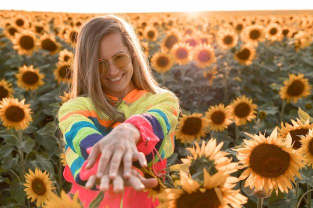 Vue de face femme souriante posant dans la nature