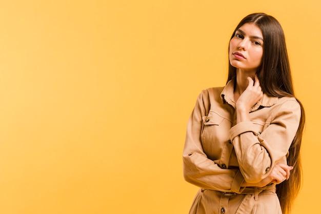 Vue de face femme en studio avec espace copie